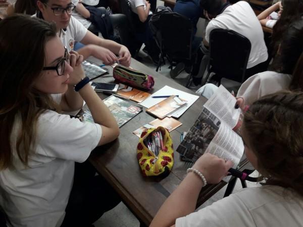 estudiante con folleto
