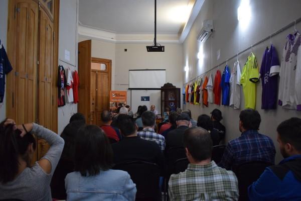 charla con publico de atras