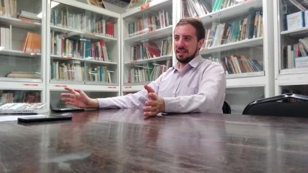 Facundo Seara en plena entrevista